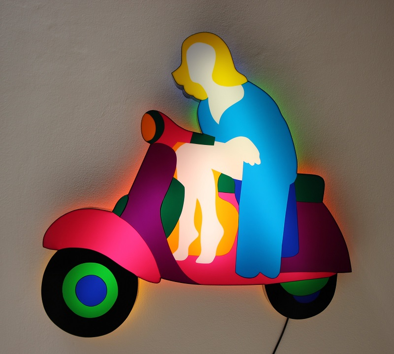 """Pin up in vespa"" scultura in perspex luminosa da parete cm. 111x111x12cm."